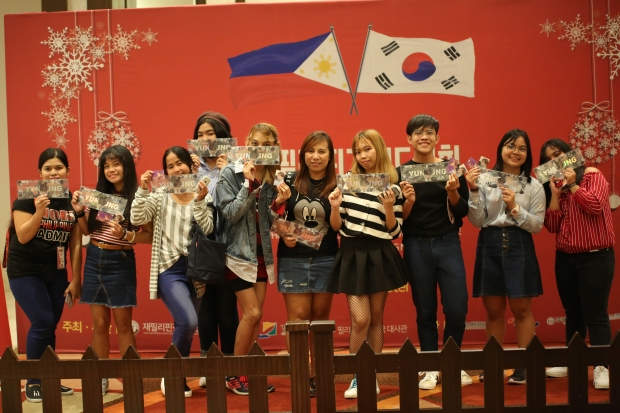 새벽부터 운집한 필리핀 '느와르' 팬들이 포토존에서 기념 사진을 찍고 있다.